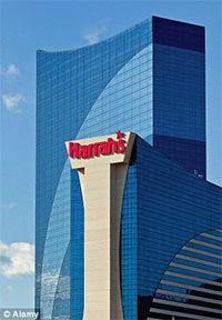 man spoelt namaak pokerchips door toilet in Harra's casino hotel